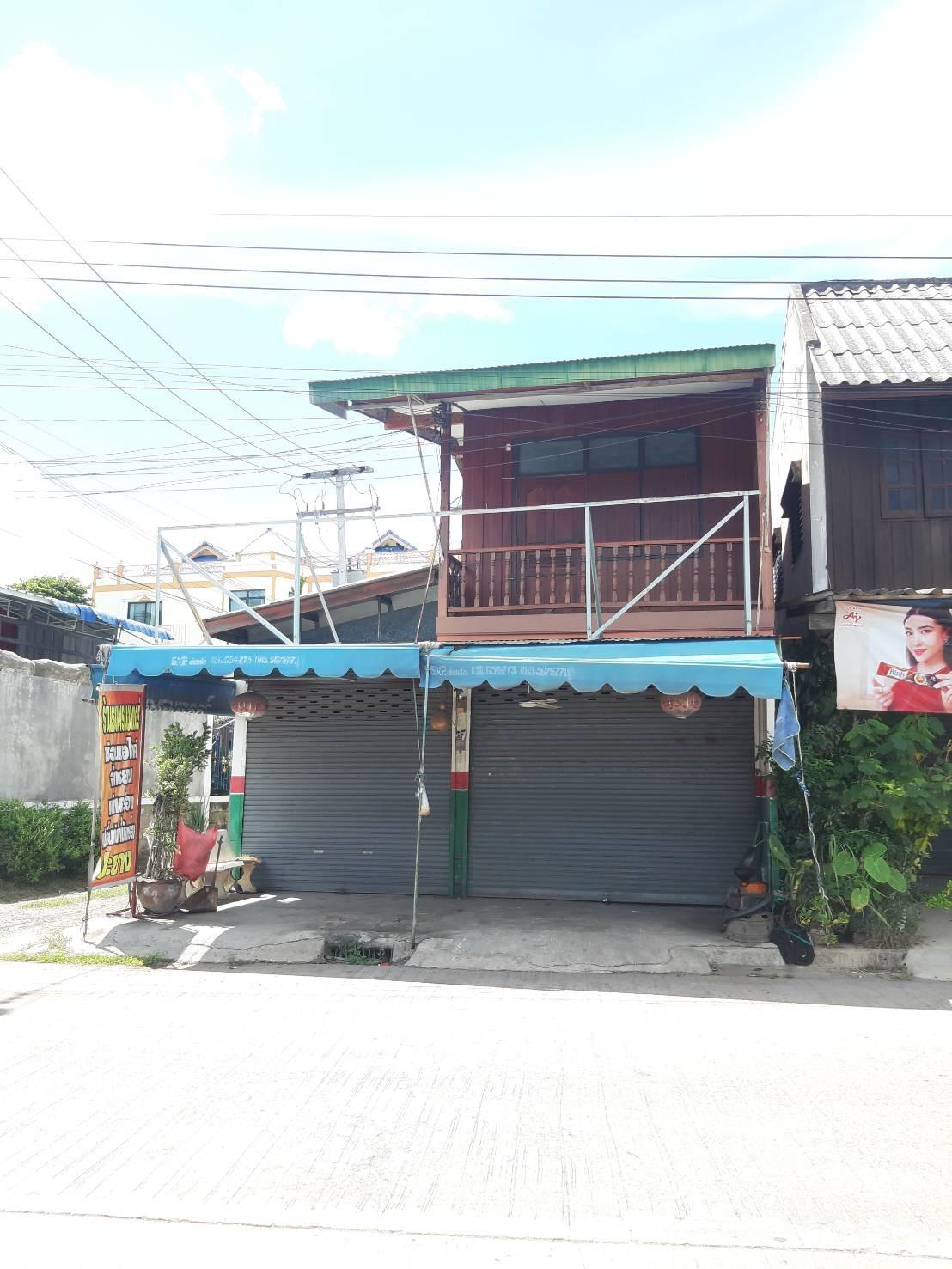 บ้าน2ชั้น ครึ่งปูนครึ่งไม้ ชั้นล่างต่อเติมเป็นหน้าร้าน ติดถนนใหญ่